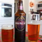 Ein IPA Bier mit zwei Gläsern