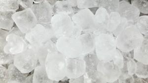 Bier kühlen ohne Kühlschrank_ Mit Eiswürfeln und Salz